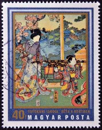 HUNGRÍA - CIRCA 1971: Un sello impreso en Hungría muestra pintura Walking in Garden (Toyokuni School), impresiones japonesas del Museo de Arte de Asia Oriental, Budapest, alrededor del año 1971