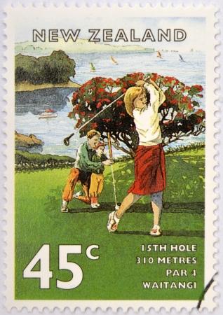 philatelist: NEUSEELAND - CIRCA 1995: Eine Briefmarke in Neuseeland gedruckt, zeigt das Golfspiel, das Feld von Waitangi (15 L�cher), circa 1995 Lizenzfreie Bilder