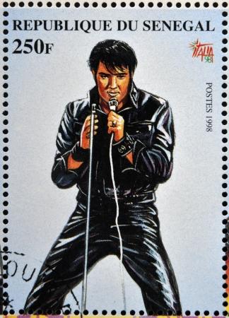 SENEGAL - CIRCA 1998: Een stempel gedrukt in Senegal toont de beroemde Elvis Presley, circa 1998