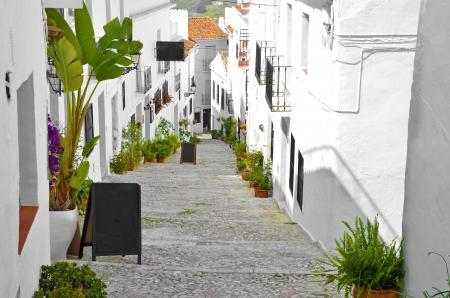 に沿って、典型的なタウンハウス白塗りの村の通り、フリヒリアナ、アンダルシア