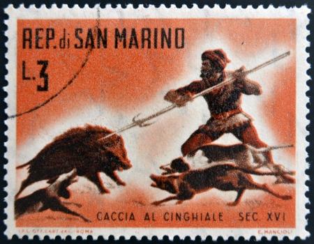 SAN MARINO - CIRCA 1961: Un timbre imprimé à Saint-Marin dédié à la chasse, montre chasse au sanglier, circa 1961