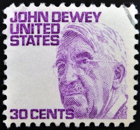 dewey: STATI UNITI D'AMERICA - CIRCA 1980: Un timbro stampato negli Stati Uniti mostra John Dewey, filosofo americano, psicologo e riformatore educativo, circa 1980