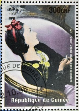 ギニア - 年頃 1998 年: ココ ・ シャネル年頃 1998 年の彼女の香水ラインの作成を記念ギニア共和国で印刷されたスタンプ。