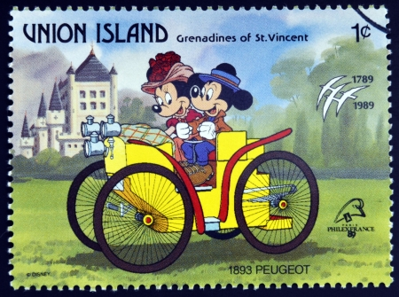 ST. Vincent Grenadines - UNION ISLAND - alrededor de 1989: Un sello impreso en San Vicente muestra a Mickey Mouse y Minnie Mouse, Peugeot 1893, alrededor de 1989