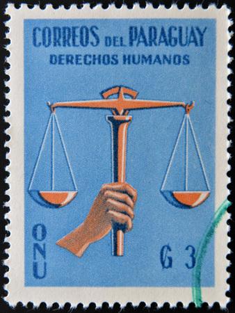 nazioni unite: PARAGUAY - CIRCA 1960: Un timbro stampato in Paraguay dedicato alla tutela dei diritti umani delle Nazioni Unite, circa 1960 Archivio Fotografico