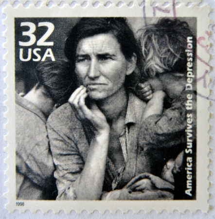 미국 - 경 1998 : 1998 년경 대공황 동안 그녀의 아이들과 어머니의 이미지를 보여주는 미국에서 인쇄 된 우표.