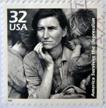 VERENIGDE STATEN VAN AMERIKA - CIRCA 1998: Een stempel gedrukt in de VS toont een beeld van een moeder met haar kinderen tijdens de Grote Depressie, circa 1998. Redactioneel
