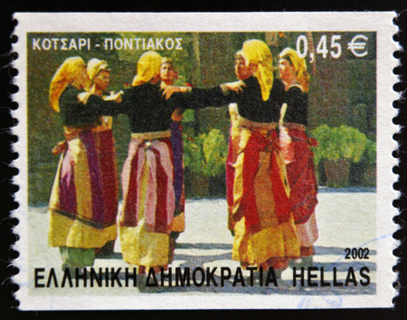 stempeln: GREECE - CIRCA 2002: A stamp printed in Greece dedicated to Greek Dances shows Kotsari dance, Pontian, circa 2002.