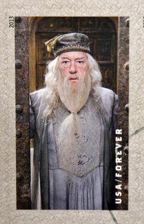 director de escuela: ESTADOS UNIDOS DE AMERICA - CIRCA 2013: Un sello impreso en los EE.UU. dedicado a Harry Potter muestra director Albus Dumbledore, circa 2013