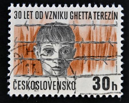 terezin: Cecoslovacchia - CIRCA 1972: Un timbro stampato in Cecoslovacchia mostra il campo di concentramento di Terezin, la testa del ragazzo dietro il filo spinato, circa 1972