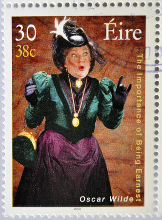 earnest: Irlanda - alrededor de 2000: un sello impreso en Irlanda muestra una imagen conmemorativa de La importancia de llamarse Ernesto de Oscar Wilde, alrededor del a�o 2000. Editorial