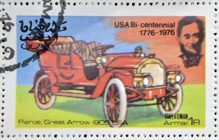 durchstechen: OMAN - CIRCA 1976: Ein Stempel in State of Oman gedruckt zeigt ein amerikanisches Auto, Pierce, gro�e Pfeil USA 1905, circa 1976