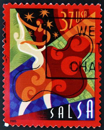 bailarines de salsa: ESTADOS UNIDOS DE AMERICA - CIRCA 2005: Un sello impreso en los EE.UU. muestra una imagen de bailarines de salsa, alrededor del a�o 2005.