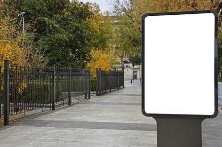 Leeg aanplakbord op de stadsstraat