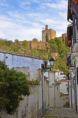 arabe: vista de la Torre de la lámpara de la Alhambra desde una calle estrecha en Granada