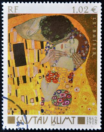 FRANKRIJK - CIRCA 2002: Een stempel gedrukt in Frankrijk toont de beroemde beeld de Kus (Le Baiser) van de Oostenrijkse symbolistische schilder Gustav Klimt, circa 2002 Redactioneel