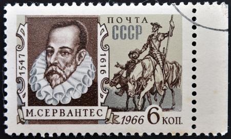 don quijote: URSS - CIRCA 1966: Un sello impreso en la URSS muestra el retrato de Miguel de Cervantes Saavedra, escritor español, y Don Quijote, alrededor del año 1966 Editorial