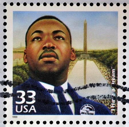 king: ESTADOS UNIDOS DE AMERICA - CIRCA 1999: sello impreso en los EE.UU. dedicado a celebrar la d�cada de 1960 del siglo, muestra a Martin Luther King, alrededor del a�o 1999 Editorial