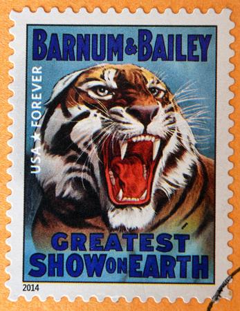 timbre postal: ESTADOS UNIDOS DE AMÉRICA - CIRCA 2014: sello impreso en los EE.UU. muestra la cabeza del tigre gruñendo; mayor espectáculo del mundo; Barnum y Bailey; circo carteles de época, alrededor de 2014 Editorial