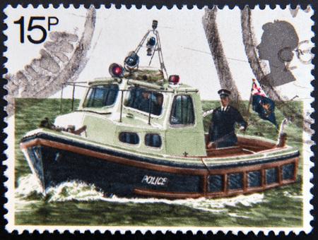 poststempel: UNITED KINGDOM - CIRCA 1979: Eine Briefmarke gedruckt in Großbritannien an den 150. Jahrestag der Metropolitan Police feiert, zeigt eine Polizei Fluss Patrouillenboot, circa 1979