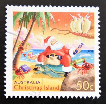 timbre postal: AUSTRALIA - CIRCA 2009: Un sello impreso en Australia dedicada a la Navidad en Australia, muestra de Papá Noel en la playa, alrededor del año 2009 Foto de archivo