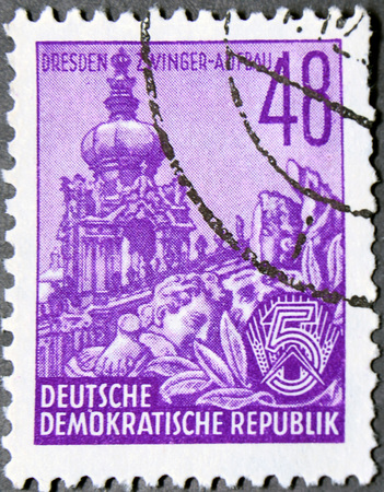 stempeln: GRANADA, SPAIN - NOVEMBER 15, 2015:  stamp printed in Germany from the Five Year Plan issue shows Zwinger, Dresden, circa 1954. Editorial