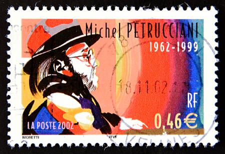 pianista: GRANADA, ESPAÑA - 15 DE MAYO, 2016: Un sello impreso en Francia muestra el retrato del famoso pianista de jazz francés Michel Petrucciani, 2002