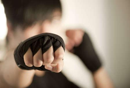 defensa personal: Detalle del puño de un Kickboxer Mujer lanzando un puñetazo