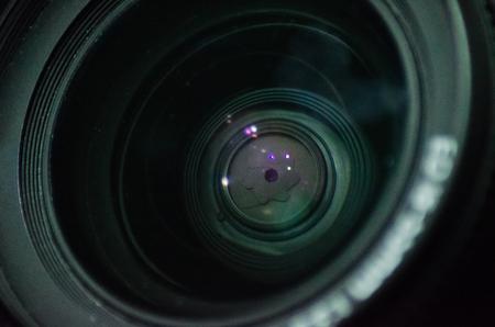 Tiro macro del elemento frontal de la lente de una cámara con hermosos reflejos de luces de color equipo de fotografía Foto de archivo