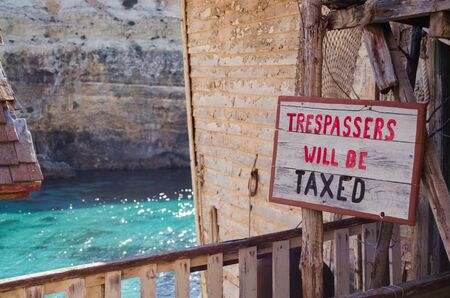 Mellieha, Malta, 30 december 2018 - No trespassing sign on the old rough house - trespassers will be taxed 報道画像