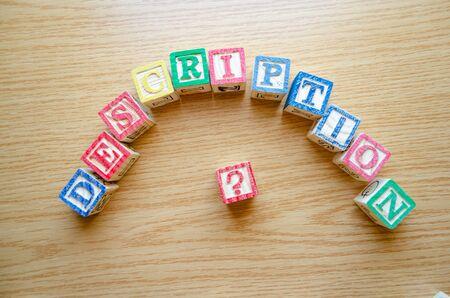 Cubi giocattolo educativi con lettere organizzate per visualizzare la parola DESCRIZIONE - modifica dei metadati e concetto di ottimizzazione dei motori di ricerca Archivio Fotografico