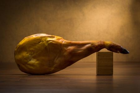 hams: Jamón ibérico aislado en el fondo de madera Foto de archivo