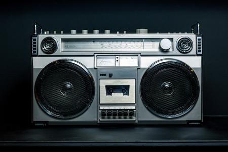 暗い背景にビンテージ ラジオ ラジカセ 写真素材