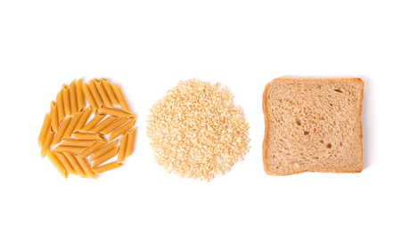 Kohlenhydrat-Nudeln, Reis und Vollkornbrot auf weißem Hintergrund