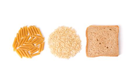 Pasta de carbohidratos, arroz y pan integral sobre fondo blanco.