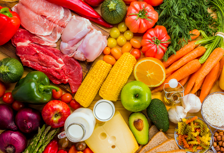 Verschillende soorten voedsel van de voedselpiramide van bovenaf gezien.