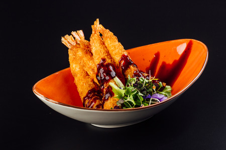 Traditional japanese tempura shrimps with sauce, deep fried shrimps top view on the dark background 版權商用圖片