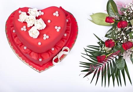 trozo de pastel: beautifull coraz�n rojo pastel de bodas con rosas