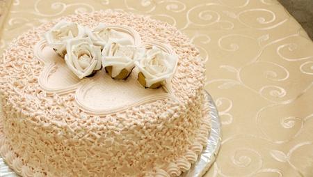 white cake with roses photo