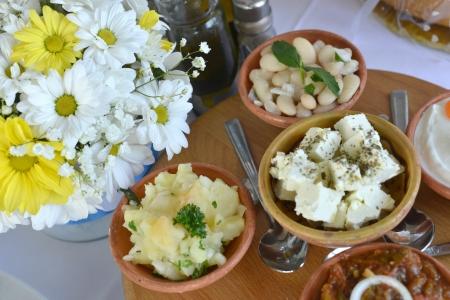 tzatziki: Salade met bonen, kaas en tzatziki