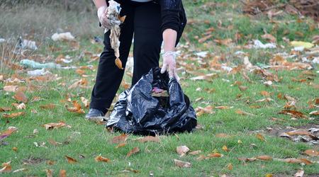canecas de basura: mujer de limpieza