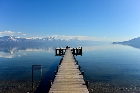 Pivture van een Romaans op een pier van het meer van Prespa, Macedonië