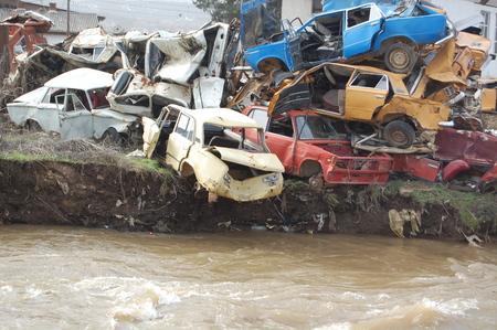 scrap trade: immagine di un vecchio e arrugginito auto distrutte vicino al fiume Archivio Fotografico
