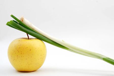 pomme jaune: image d'un oignon organique fra�che sur pomme jaune