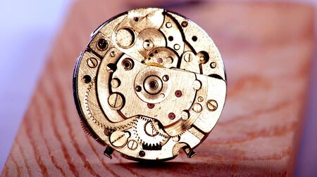 dientes sucios: Imagen de un reloj antiguo. Aparato de relojería. Concepto de tiempo. Foto de archivo