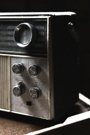 transistor: receptor de radio de transistores polvorienta de la vendimia en blanco y negro