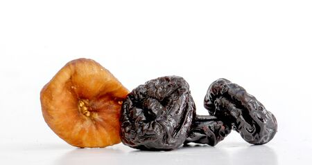 ciruela pasa: Dried prune and dried fig in closeup