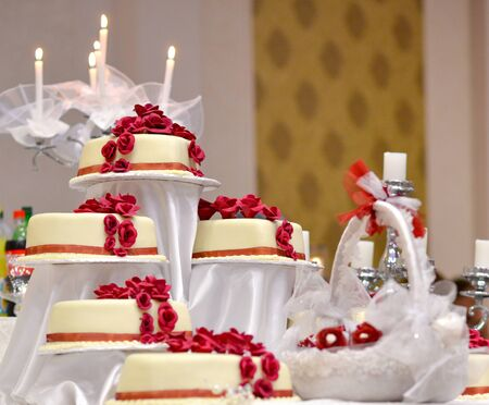 picture of a white Wedding Cake with red roses