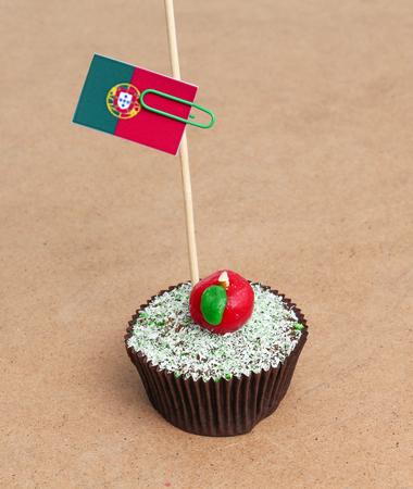 bandera de portugal: Bandera de Portugal en la magdalena en el fondo de madera Foto de archivo