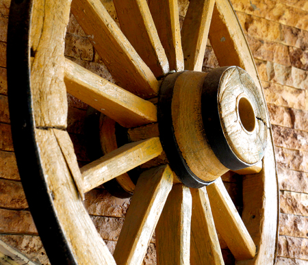 carreta madera: yellow wooden wagon painted wheels
